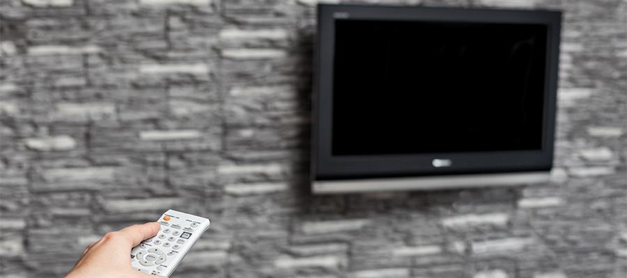 壁掛けテレビに向けるリモコン