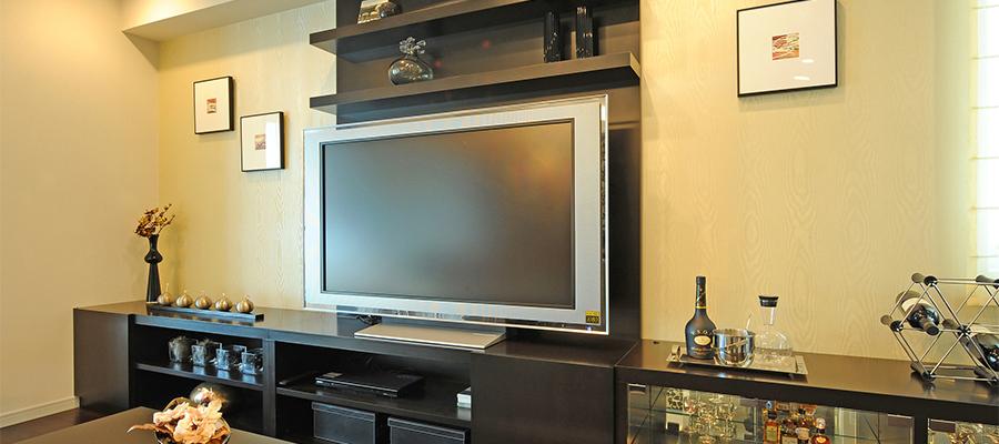 お酒の瓶とテレビ